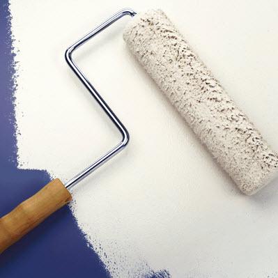 Jak skutecznie przemalować ciemną ścianę na biało - ghb.pl